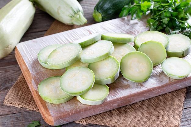 Abobrinha congelada. legumes congelados na mesa de madeira. conceito de comida congelada