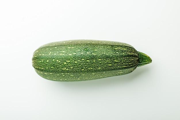 Abobrinha de abóbora vegetal abóbora verde fresco em branco