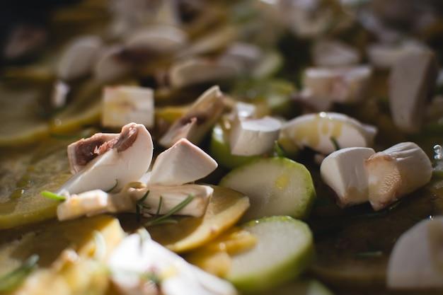 Abobrinha e cogumelos com azeite