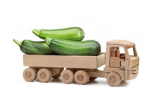 Abobrinha fresca no caminhão de madeira