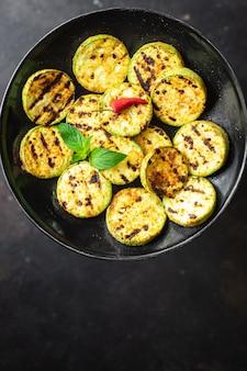 Abobrinha grelhada vegetais fritos na mesa comida saudável lanche cópia espaço