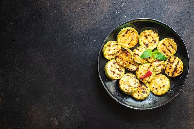 Abobrinha grelhada vegetais fritos na mesa comida saudável refeição lanche cópia espaço fundo de alimentos