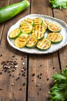 Abobrinha grelhada vegetais lanche saudável vegetais na mesa cópia espaço comida fundo rústico