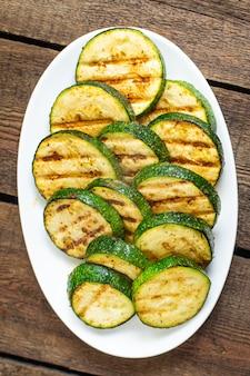 Abobrinha grelhados vegetais saudáveis grelhados vegetais na mesa cópia espaço alimentos fundo vegetal