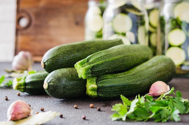 Abobrinha orgânica fresca, alho e salsa, ervas e especiarias