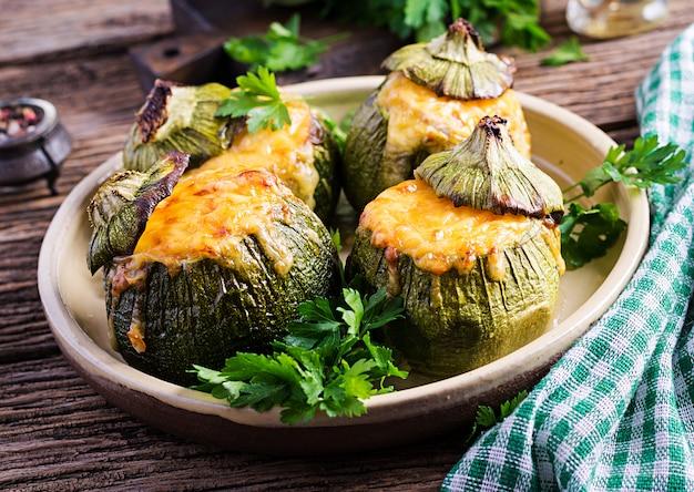 Abobrinha recheada com carne picada, queijo e ervas verdes