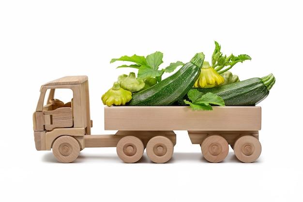 Abobrinha verde fresca no caminhão de madeira