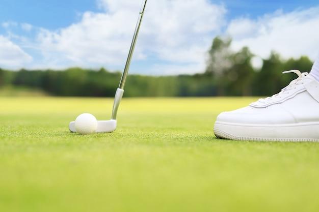 Abordagem de golfe baleado com ferro de fairway em dia ensolarado.