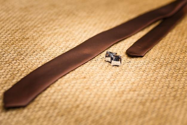 Abotoaduras de ouro e gravata noivo