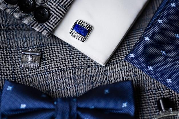 Abotoaduras e gravata borboleta masculinas da moda azul de luxo.