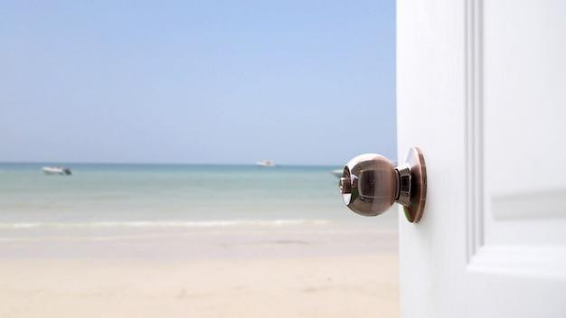 Abra a beira-mar branco da porta.
