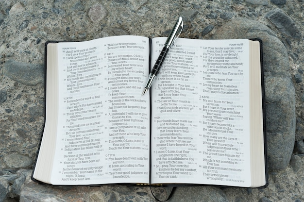 Abra a bíblia no salmo 119 com uma caneta-tinteiro.