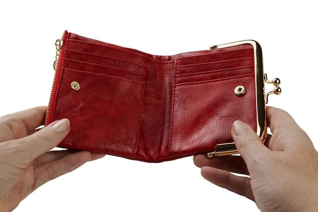 Abra a bolsa vermelha vazia na mão de uma mulher, isolada