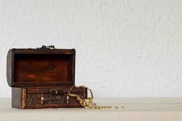 Abra a caixa de jóias de madeira vintage com um colar