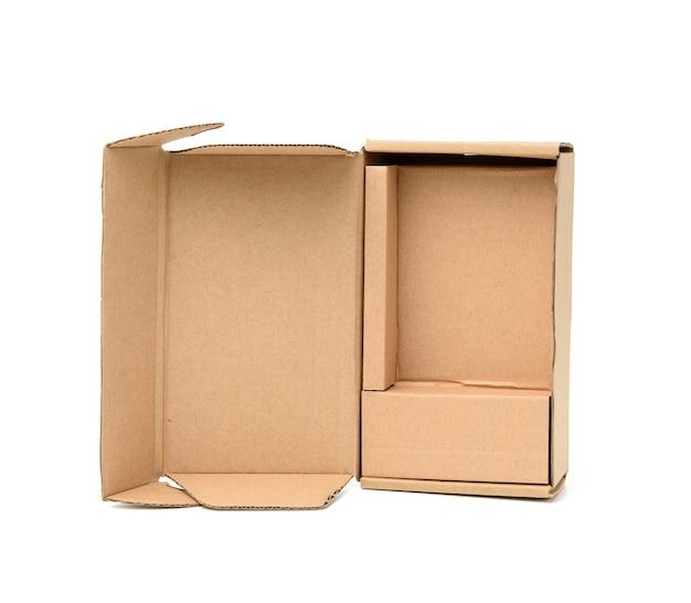 Abra a caixa de papelão marrom com células isoladas na superfície branca, close-up