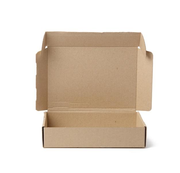 Abra a caixa de papelão marrom isolada no fundo branco, close-up