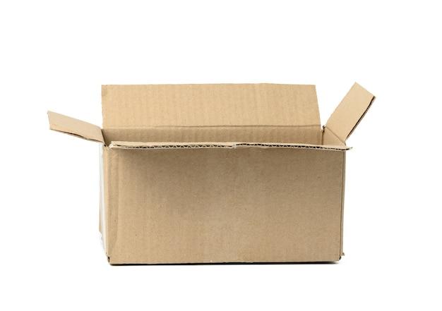 Abra a caixa de papelão ondulado marrom isolada no fundo branco. embalagem ecológica de mercadorias