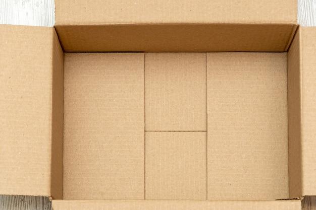 Abra a caixa de papelão para embalagem de perto