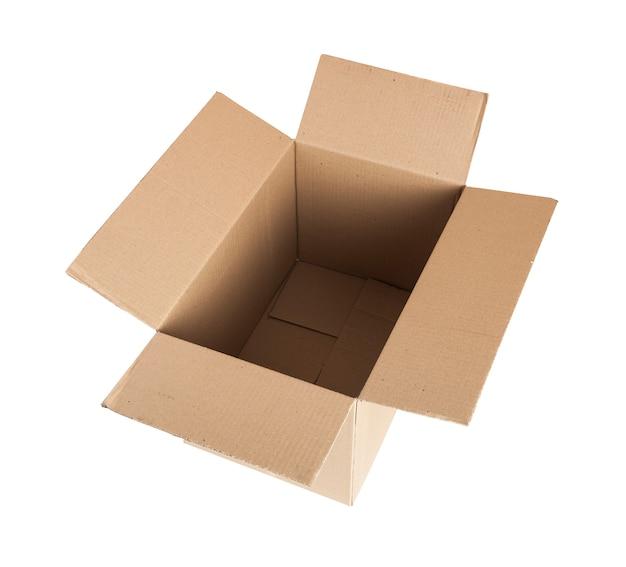 Abra a caixa de papelão. para transportar itens. isolado em um fundo branco. com traçado de recorte