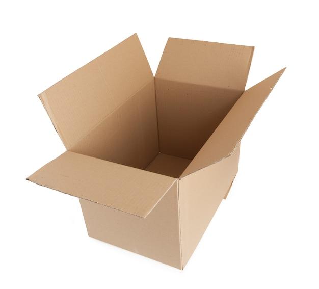 Abra a caixa de papelão. para transportar itens. isolado em um fundo branco.
