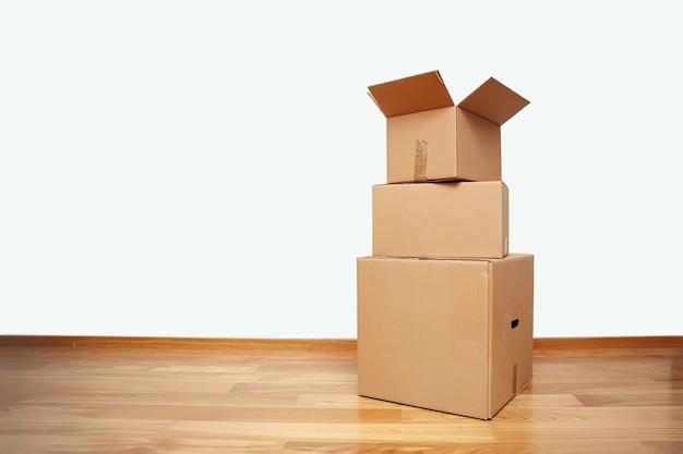 Abra a caixa de papelão, pronta para o transporte