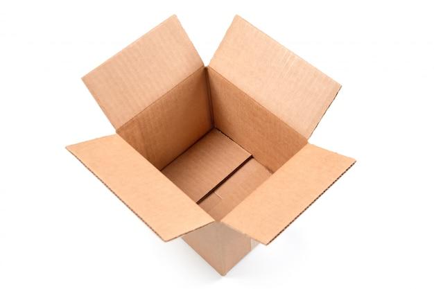 Abra a caixa de papelão retangular vazia isolada no fundo branco.