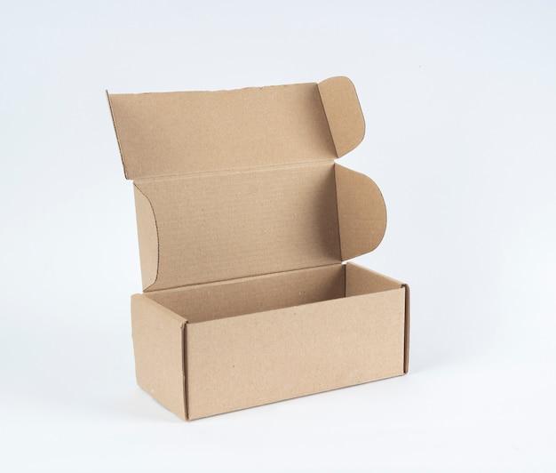 Abra a caixa de papelão vazia no fundo branco.