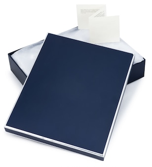 Abra a caixa de presente azul com nota isolada no branco