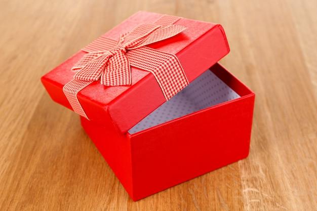 Abra a caixa de presente em um fundo de madeira