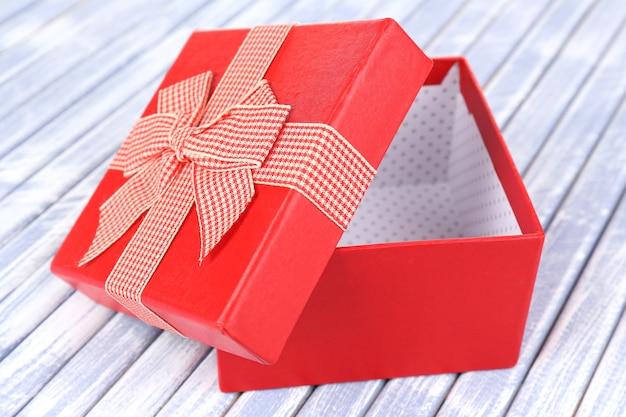 Abra a caixa de presente em uma superfície de madeira
