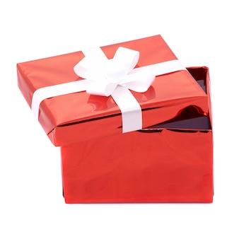 Abra a caixa de presente vermelha isolada