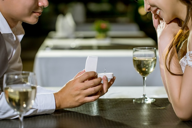Abra a caixa do anel para pedir-lhe para casar !!