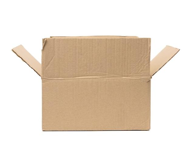 Abra a caixa retangular de papelão feita de papel pardo ondulado isolada em um fundo branco