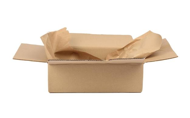 Abra a caixa retangular de papelão feita de papel pardo ondulado isolado em um branco