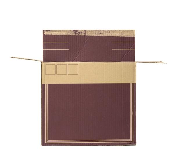 Abra a caixa retangular de papelão ondulada marrom isolada em um fundo branco, caixa de vinho