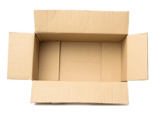 Abra a caixa retangular de papelão vazia feita de papel pardo ondulado isolado em um fundo branco, vista superior