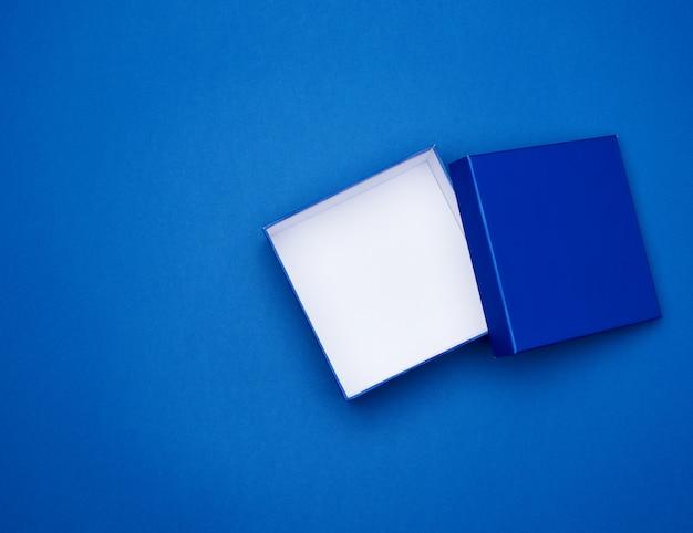 Abra a caixa vazia de papelão quadrado azul