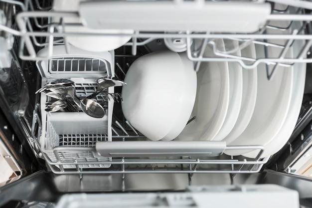 Abra a máquina de lavar louça com pratos limpos