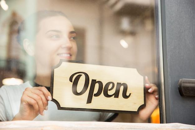 Abra a placa no vidro do café ou restaurante da rua