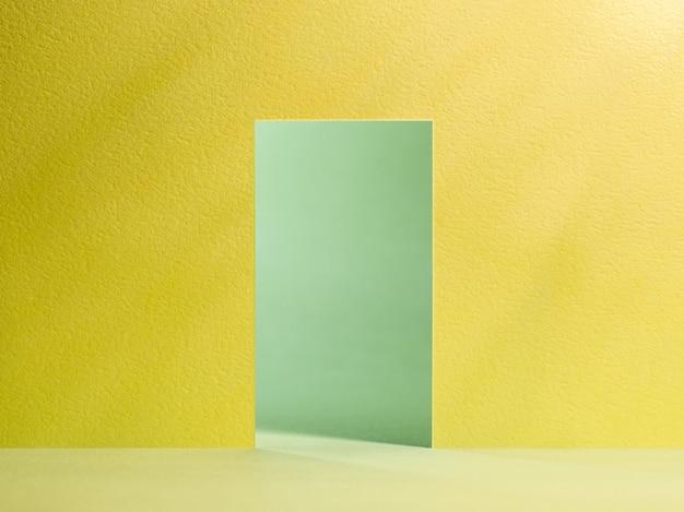 Abra a porta amarela e parede verde