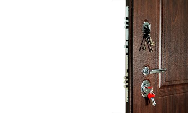 Abra a porta da frente no isolamento de fundo branco. conceito de portas abertas para um apartamento ou escritório. plano de fundo para sua criatividade com espaço para uma inscrição ou logotipo