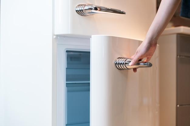 Abra a porta da geladeira na cozinha