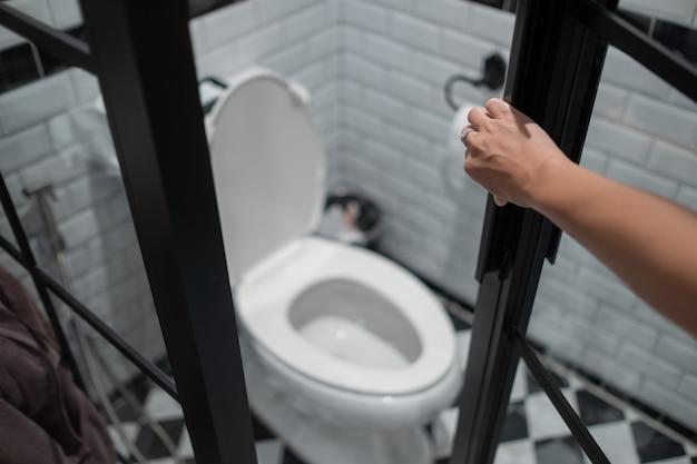 Abra a porta do banheiro, vá ao banheiro