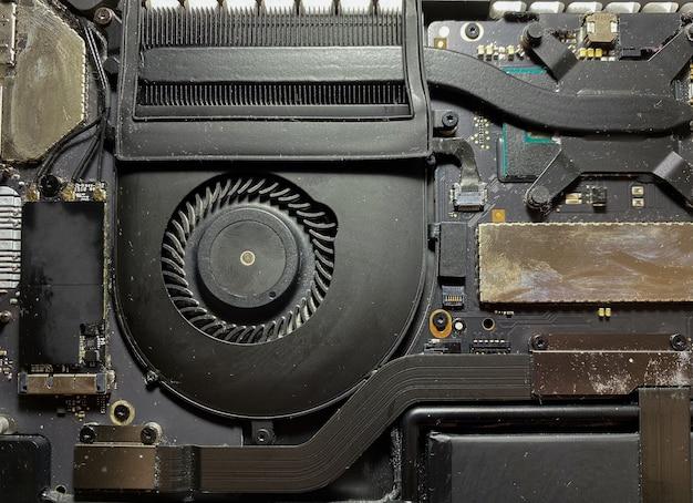 Abra a tampa traseira do laptop para reparo e limpeza