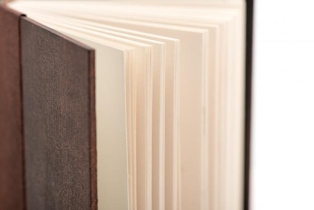 Abra as páginas do livro. abra páginas do livro no fundo branco, close-up.