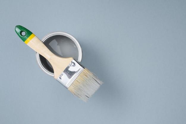 Abra latas de esmalte de tinta em amostras de paleta cinza. vista do topo