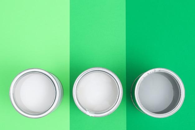 Abra latas de esmalte de tinta em amostras de paleta de cores. postura plana