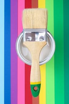 Abra latas de esmalte de tinta em amostras de paleta de cores.