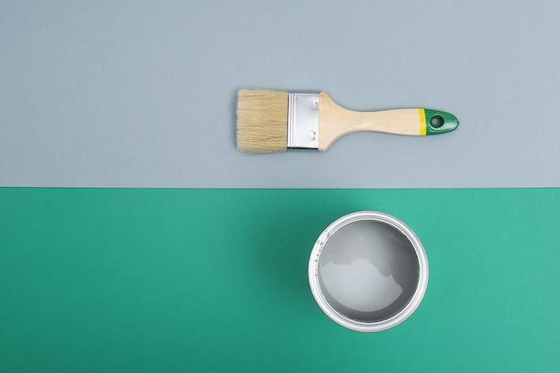 Abra latas de esmalte de tinta em amostras de paleta verde cinza. postura plana