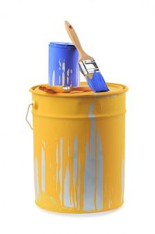 Abra latas de tinta em cores diferentes